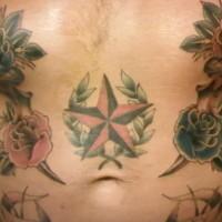Tatuaggio impressionante colorato sulla pancia le rose & la stella rossa