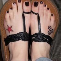 Tatuajes pequeñas en los pies, estrella roja y signo simple