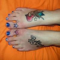 Tatuajes en los pies, golondrina con el corazón y un letrero