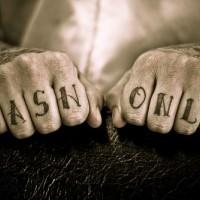 Tatuaje en la mano, inscripción en los dedos, solamente efectivos