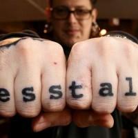 Tatuaje en la mano, frase menos hablar, caracteres gruesos