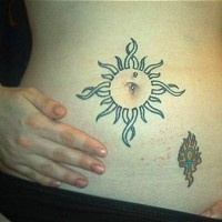 Tatuaggio piccolo sulla pancia il disegno attorno del ombelico