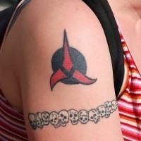 Il cranio e il simbolo rosso e nero tatuaggio