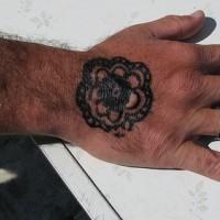 Tatuaggio sulla mano disegno in forma di fiore