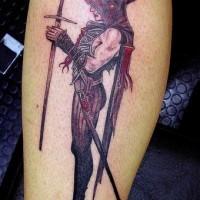 Démon noir en masque avec une arme aigu tatouage sur le mollet