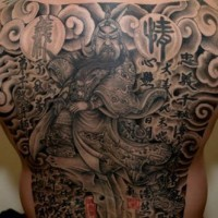 Tatuaggio impressionante sulla schiena il samurai I geroglifici