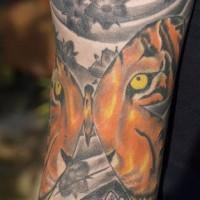 Precioso tatauje en color ojos del tigre en forma de mariposa