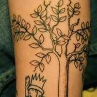 Tatuaggio semplice sul braccio il re carino sull'albero