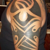 Tatuaje negro signo tribal con el ojo en el hombro