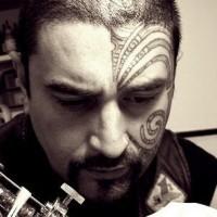 Maori Stammestattoo auf dem Gesicht