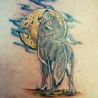 Tatuaggio colorato il lupo che ulula alla luna