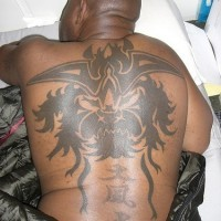 Tatuaggio sulla schiena il disegno nero in stile tribale & i geroglifici