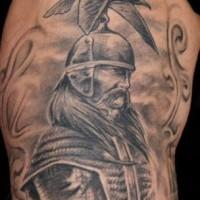 Impresionante tatuaje querreo con la ave en la cabeza