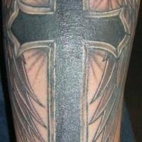 Croce nero con ali tatuaggio