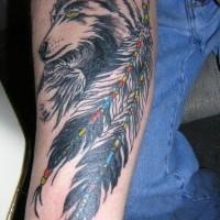 Deux gros plumes avec le tatouage de loup sage