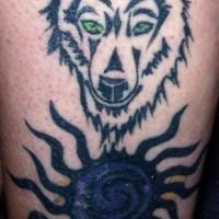 Loup aux yeux verts le tatouage avec le soleil bleu