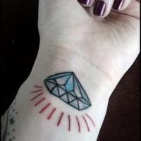 Le tatouage sur le poignet avec un diamant en couleur