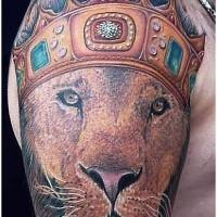 corona sulla testa di leone tatuaggio