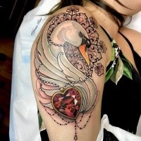Tatuaggio dipinto da Jenna Kerr in stile moderno di cigno con diamante a forma di cuore