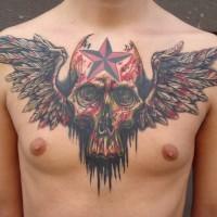 Tatuaggio sul petto il teschio con le ali e la stella sul fronte