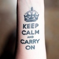 tatuaggio con scrittura e corona nera