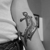 tatuaggio con ancoraggio tradizionale e piume