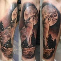 Tatuaggio bellissimo sul braccio il lupo con la bocca spalancata
