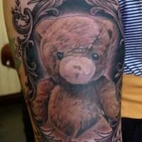 Tatuaggio carino sul braccio l'orsetto di peluche