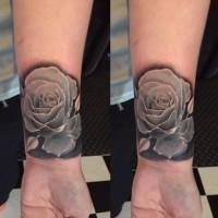 Tatuaje en la muñeca, rosa hermosa plateada volumétrica