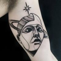 Aterrador tatuaje de bíceps de estilo blackwork de cabeza mística con planeta y estrella de Michele Zingales