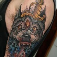 Erschreckender farbiger dämonischer Hundekopf Tattoo an der Schulter mit blutigem Dolch