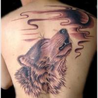 Tatuaggio impressionante sulla schiena la testa del lupo che ulula
