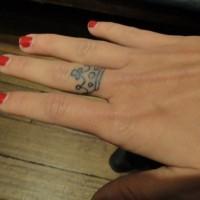 piccolo tatuaggio corona su dito