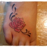 carino piccola rosa rossa tatuaggio su piede