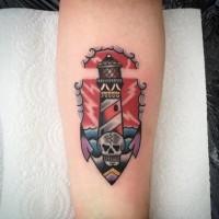 Tatuaje colorido en el antebrazo, faro combinado con ancla y cráneo