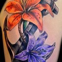 ancoraggio tradizionale e fiori tatuaggio