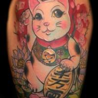 Tatuaggio colorato sul braccio il gatto giapponese tradizionale