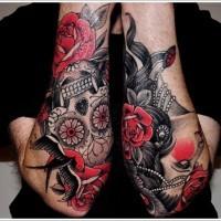 tradizionale Messicano stilizzato dipinto con cranio tatuaggio su due braccia