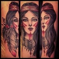 Traditioneller Stil der alten Schule farbiges Unterarm Tattoo der indianischen Frau Porträt