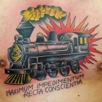 Trem memorial tatuagem colorida no braço com letras