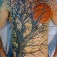 Tatuaggio grande sul corpo l'albero senza le foglie