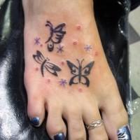 farfalla tribale con fiocchi di neve tatuaggio su piede