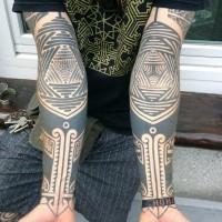 Stile tribale grandi nero e  biancho ornamenti tatuaggio su avambraccio
