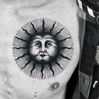 stile tribale grande nero e bianco sole tatuaggio su petto