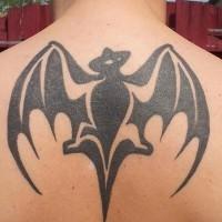tribale stilegrande inchiostro nero pipistrello tatuaggio su parte alta di schiena