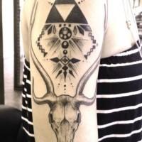 tribale stile nero e bianco piramide con cranio di animale tatuaggio su braccio
