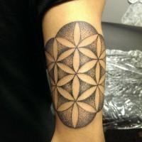 stile tribale disegno inchiostro nero a forma di fiore tatuaggio su braccio