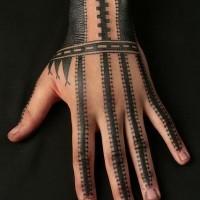 Stile tribale semplice disegno grande nero e bianco ornamento tatuaggio su mano