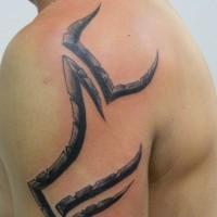 stile tribale semplice dipinto nero e bianco simbolico tatuaggio su spalla