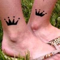 due piccole corone su nere su caviglie tatuaggio